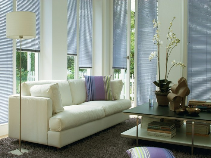 View protection and sun protection in the living room by creating pleats