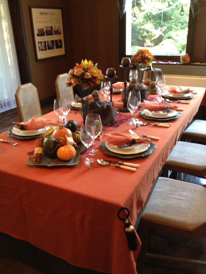table decoration autumn matching colors and autumn flowers