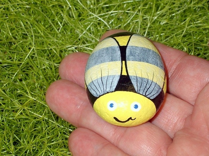 diy ideas for the garden stones painted as a bee