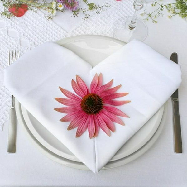 table decoration flowers and cloth napkins