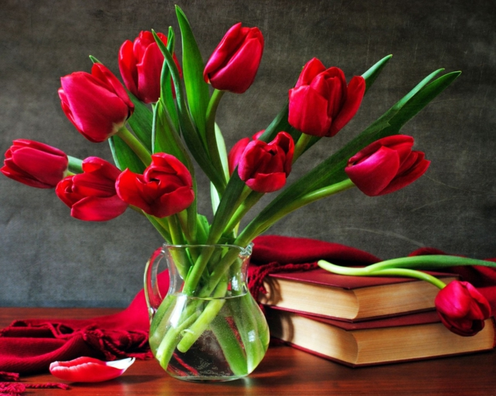 deco flowers glassy red tulips deco ideas