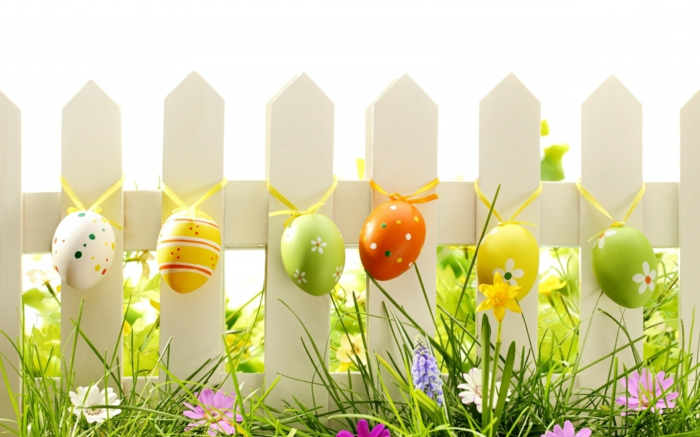osterdeko outdoor decorate colored easter eggs garden fence decorate
