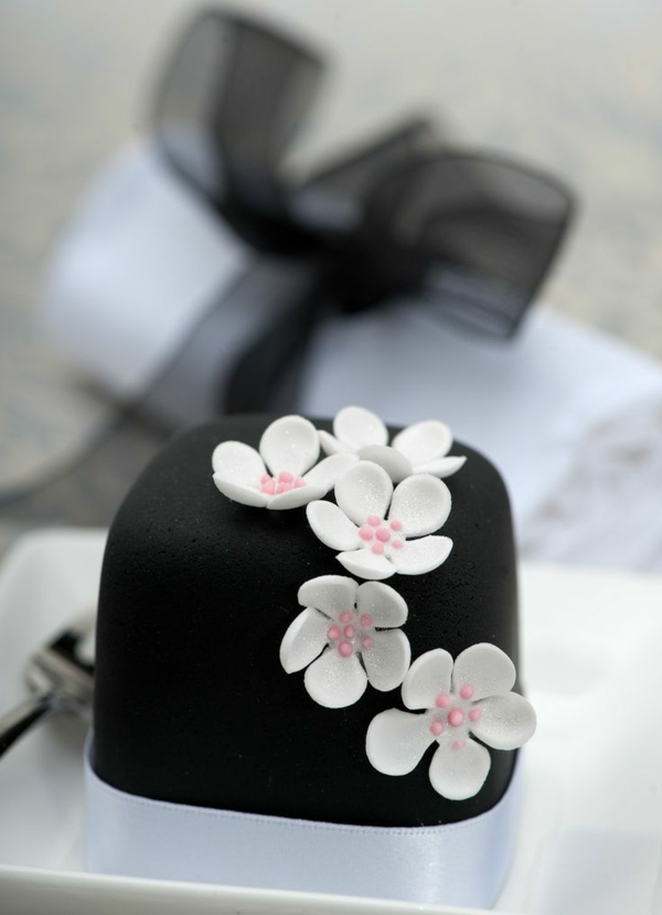 black mini cake white flowers