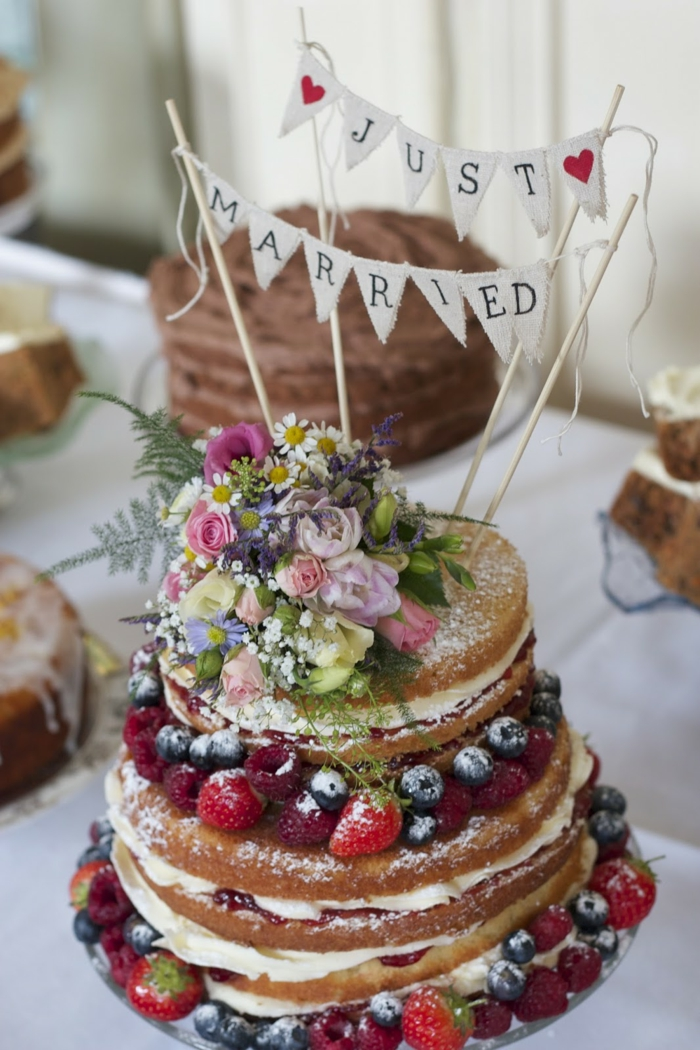 tortendeko for boho style wedding with real berries and flowers