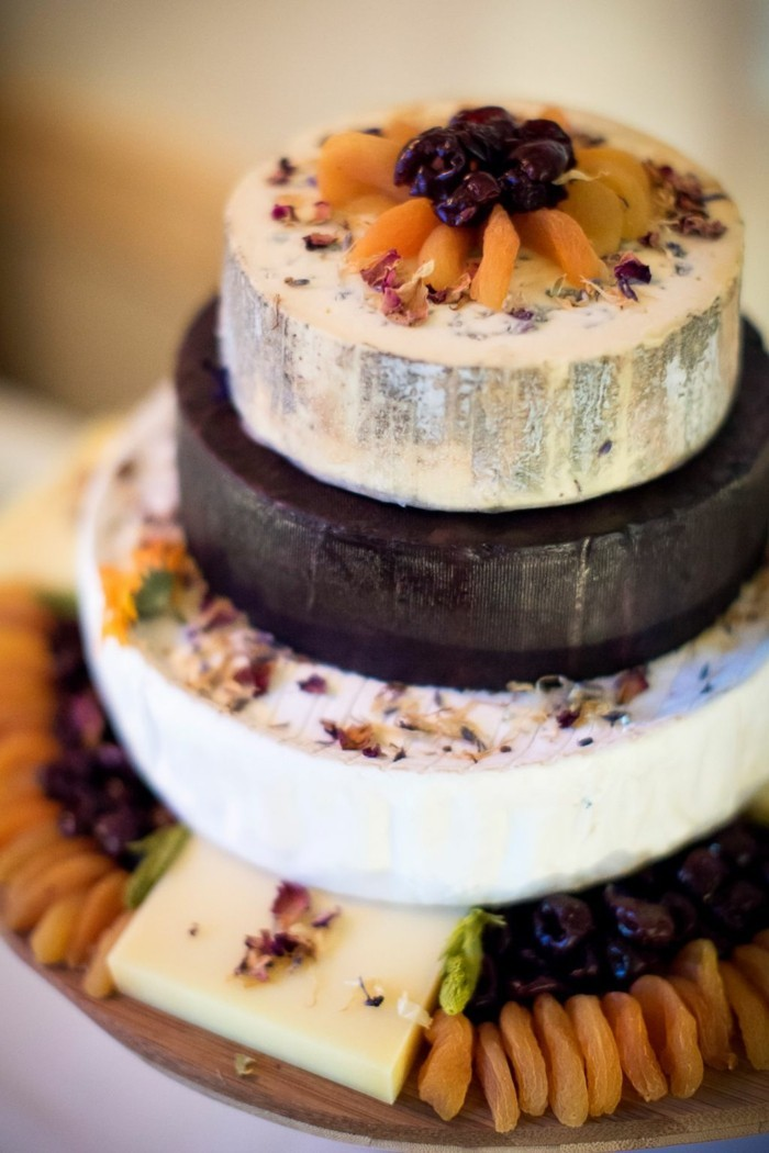 Decorate the wedding cake with dry fruits