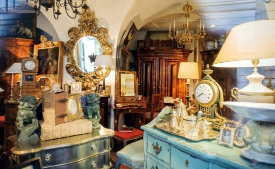 Furnishing with antique objects