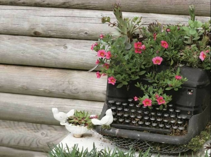 Typewriter with jewelry of flowers