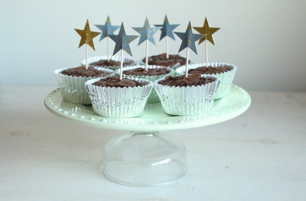 diy cupcace cake stand white and glass