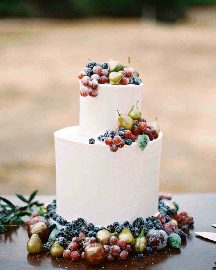real berries cream pie for wedding in boho style
