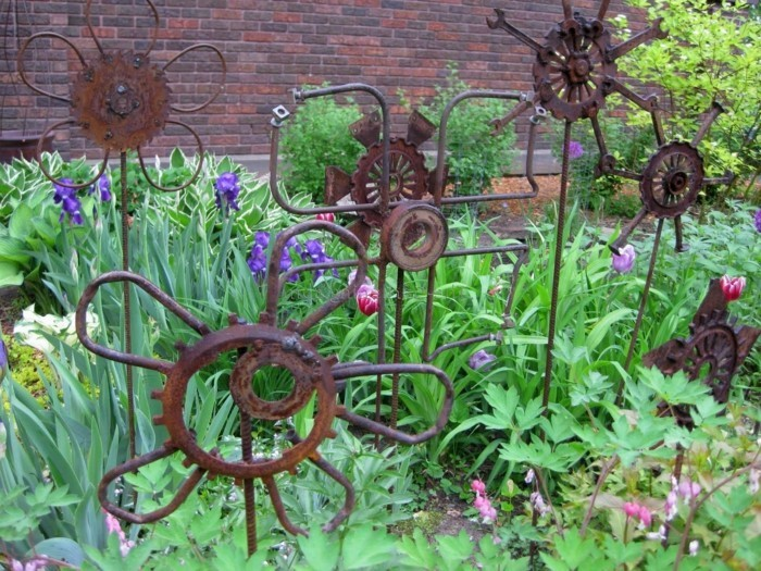 make garden decoration yourself from old objects
